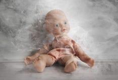 虐待儿童的概念-抽烟在孩子近处  库存照片