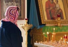 虔诚妇女祈祷 库存图片