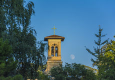 虚度在教会在日落,洛桑,瑞士的上升 免版税库存照片