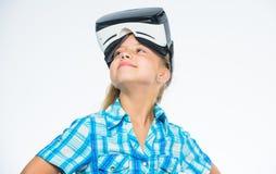 虚拟现实是所有年龄的乐趣 戴vr眼镜的孩子女孩 与现代设备的儿童游戏真正比赛 测试 免版税图库摄影