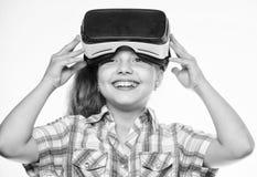 虚拟现实概念 学校学生的真正教育 愉快的孩子用途现代技术虚拟现实 获得 免版税库存图片