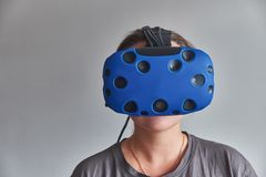 虚拟现实玻璃的女孩  免版税库存照片