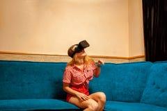 虚拟现实盔甲的美丽的女孩 库存照片