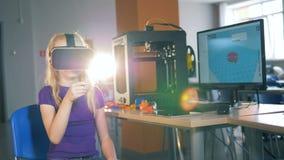 虚拟现实眼镜由女孩戴,当使用时 股票视频