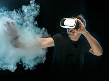 戴虚拟现实眼镜的人  未来技术概念 免版税库存图片