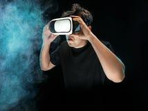 戴虚拟现实眼镜的人  未来技术概念 库存图片