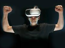 戴虚拟现实眼镜的人  未来技术概念 库存照片
