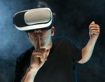 戴虚拟现实眼镜的人  未来技术概念 免版税库存照片