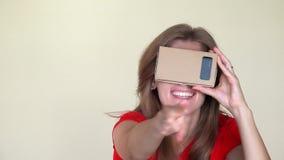 戴虚拟现实眼镜的妇女指向照相机的 有微笑的女孩获得乐趣 股票录像