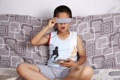 戴虚拟现实眼镜的男孩 免版税库存图片
