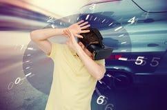 虚拟现实耳机和小汽车赛比赛的人 免版税库存照片