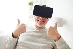虚拟现实耳机或玻璃的老人 图库摄影