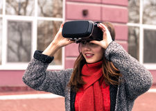 戴虚拟现实耳机或3d眼镜的美丽的女孩 免版税图库摄影