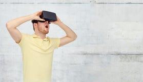 虚拟现实耳机或3d玻璃的人 库存图片