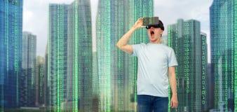 虚拟现实耳机或3d玻璃的人 免版税图库摄影