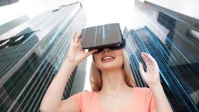 虚拟现实耳机或3d玻璃的妇女 免版税库存照片