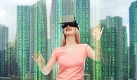 虚拟现实耳机或3d玻璃的妇女 库存图片