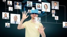 虚拟现实耳机或3d玻璃的愉快的人 免版税库存图片