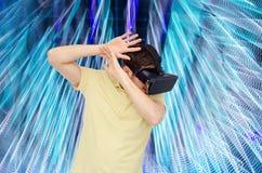 虚拟现实耳机或3d玻璃的愉快的人 免版税图库摄影