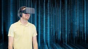 虚拟现实耳机或3d玻璃的愉快的人 库存照片