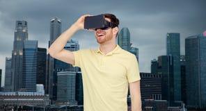 虚拟现实耳机或3d玻璃的愉快的人 库存图片