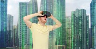 虚拟现实耳机或3d玻璃的愉快的人 免版税库存照片