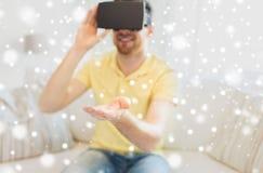 虚拟现实耳机或3d玻璃的年轻人 免版税库存照片