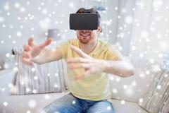 虚拟现实耳机或3d玻璃的年轻人 库存照片