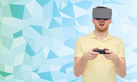 虚拟现实耳机的人有gamepad的 库存图片
