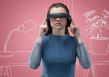 虚拟现实耳机的妇女反对桃红色和白色手拉的办公室 免版税库存照片