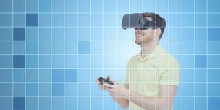 虚拟现实耳机的愉快的人有gamepad的 免版税库存图片