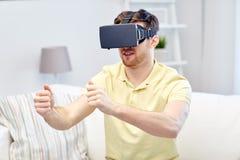 虚拟现实耳机的年轻人在家 免版税库存照片