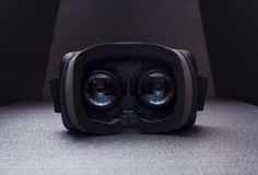 虚拟现实耳机,在看法里面,玻璃,剧烈的光 免版税库存图片