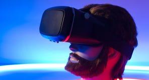 虚拟现实聪明的电话玻璃3D 360 免版税图库摄影