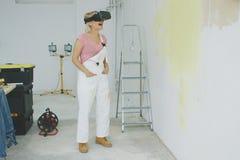 虚拟现实风镜的激动的女性画家 库存照片