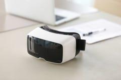虚拟现实玻璃照片在办公室桌上的 库存照片