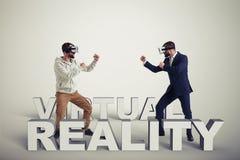 虚拟现实玻璃的两个人在灰色背景 免版税图库摄影