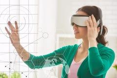 虚拟现实玻璃的妇女 库存图片