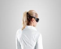 虚拟现实玻璃,在妇女的穿戴,裁减路线 库存照片
