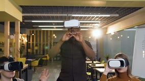 虚拟现实VR玻璃工作的年轻被集中的人在办公室 股票视频
