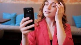 虚荣女性秀丽等待的咖啡馆固定头发电话 股票录像