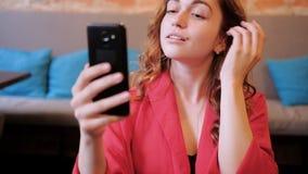 虚荣女性秀丽narcistic咖啡馆固定头发电话 影视素材