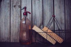 虹吸管和葡萄酒书 库存图片