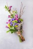 虹膜创造性的五颜六色的花束和兰花和木分支 与五颜六色的花的静物画 开花新鲜 安置文本 库存图片