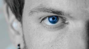 虹膜异色症,用眼睛的不同的颜色的男孩 库存照片