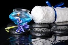 虹膜花,蓝色蜡烛,白色毛巾a的美好的温泉概念 免版税库存照片