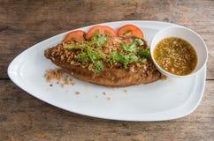 虹鳟鱼油煎了用大蒜和海鲜调味料 免版税库存照片