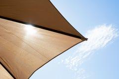 虽则发光遮阳伞的太阳 免版税库存照片