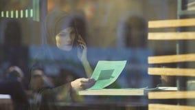 虽则看在咖啡馆的hijab的告诉的妇女合同伙伴,自由的回教夫人 股票视频
