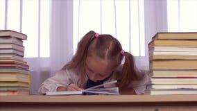 虽则考虑家庭作业和高兴的被集中的学校女孩新 股票录像